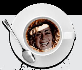 mèches de femme dans tasse de café